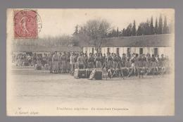 CPA MIL- TIRAILLEURS ALGERIENS EN ATTENDANT L'INSPECTION - Reggimenti