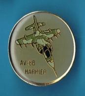PIN´S // ** AVION DE CHASSE ** AV-8B HARRIER ** - Militaria