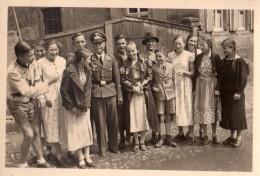 Photo Originale Guerre 39-45 - Officier Allemand Et Police Allemande à La Sortie De L'école Des Filles Avec Cartables - Oorlog, Militair