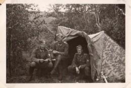 Photo Originale Guerre 39-45 - Campement De Soldats Allemands Sous Tente De Camouflage à Rübland Le 16.03.1943 Légende - Oorlog, Militair