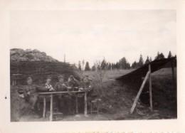 Photo Originale Guerre 39-45 - Campement De Soldats Allemands Table Et Toit De Camouflage Le 8 Janvier 1943 - Légende - Oorlog, Militair