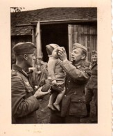 Photo Originale Guerre 39-45 - Groupe De Soldats Allemands Donnant à Boire Avec Leur Gourde à Un Bébé - Humanité - - Oorlog, Militair
