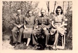 Photo Originale Guerre 39-45 -  Uniformes - Soldat Allemand En Uniforme Entouré De Sa Famille - Oorlog, Militair