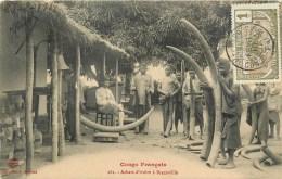 CONGO - CPA  ETHNIQUE - ACHAT DE L´IVOIRE à BRAZAVILLE - BEAU PLAN  - CPA RARE 1918. - Afrique