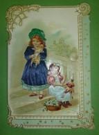 Chromo Gaufré, Enfants à La Poupée, Robe Et Habit En Tissus Brodé, Tour Orné - Trade Cards
