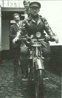 PHOTO  D UNE MOTO SIDE CAR AVEC UN MILITAIRE DE L ARMEE BELGE - Motos