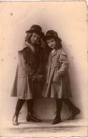 Carte Photo DEUX FILLETTES AVEC CHAPEAU MANTEAU ET BOTTINES Souvenir De Communion à Ste Gudule Belgique 1918 - Identified Persons