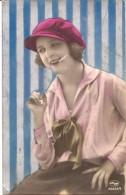 Jeune Femme Avec Cigatette - Frauen