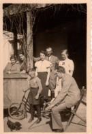 Photo Originale Vélo - Gamin Avec Son Vélo Et Un Jeune Teckel Qui Font L'animation Familiale Vers 1940 - Cyclisme
