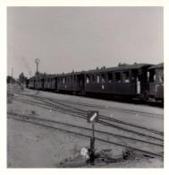 Photo Originale Train - Départ D'un Train De Voyageurs Sur Piste - Terrain Vague - Horloge Et Signalisation, Wagons - Trains