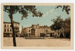 """32 - L´ISLE EN-JOURDAIN - Place Gambetta - Animée Avec """" Pharmacie """" Et """" Economies LABAT """"  - Voir Scan - Otros Municipios"""