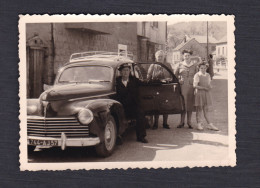 Photo Originale à Situer En Moselle Famille Et Automobile Peugeot 203 Immatriculée 744 AJ 57 En 1955 - Cars