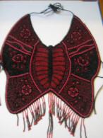 Plastron Forme Papillon, En Perles Rouges Et Noires - Largeur Au Plus 36 Cm - - Otros