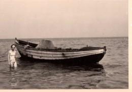 Photo Originale Navire - Embarcation - Barque & Femme En Maillot De Bain Dans La Mer - Filet De Pêche -