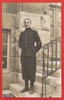 Carte Postale Militaria - Cliché D'un Officier Posant Sur Un Escalier - Numéro 1 Sur Les Pattes De Col - Reggimenti