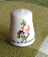 THIMBLES - DÉS À COUDRE - ILES DE LA MADELEINE, QUÉBEC - PORCELAINE - - Dés à Coudre