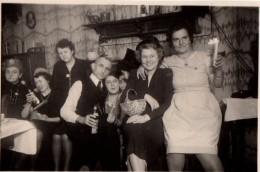 Photo Originale A La Tienne - Groupe Familial Déguisé Et Saoul Avec Bouteilles, Bougie, Chapeaux, Fête Alcool, Santé ! - Personnes Anonymes