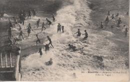 Biarritz (64)  Baigneurs Au Port Vieux (effet De Vague)  Carte Ancienne - Francia