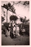 Photo Originale Femme -  2 Jeunes Femmes Sur Transat & Palmier - Anonyme Personen