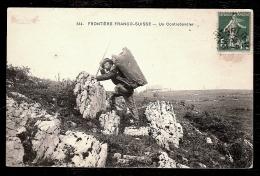 CPA ANCIENNE- FRONTIERE FRANCO-SUISSE (25)- UN CONTREBANDIER CHARGÉ EN GROS PLAN- - France