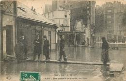 PARIS  CRUE DE LA SEINE UNE PASSERELLE IMPROVISEE RUE GROS EDITION ELD - De Overstroming Van 1910