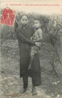 COCHINCHINE JEUNE MERE PORTANT SON ENFANT SUR LA HANCHE - Vietnam