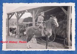 Photo Ancienne - Dans Une Ferme - Militaire à Cheval , Officier ? - Batteuse Machine Agricole Agriculture - 1939 WW2 - Guerre, Militaire