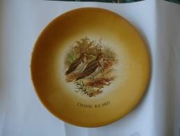"""RICARD - Assiette Publicitaire - """" Chasse Ricard """" - Au Dos """" Céramique Ricard """" - 23 Cm De Diamètre - - Plates"""
