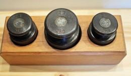 Boite De Poids En Usage Dans Les écoles. 3 Poids En Acier, 2kg, 1kg, 1kg. Mesure, Système Métrique, Balance. - Art Populaire