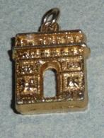 Rare Pendentif En Métal Doré, Arc De Triomphe - Pendentifs