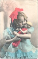NIÑA CON BUCLES RUBIOS BESANDO UNA MUÑECA DOLL CPA VOYAGEE VIAJADA AÑO 1938 RARE JUGUETES JOUETS - Speelgoed & Spelen