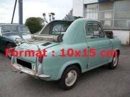 Reproduction D'une Photographie De L'arrière D'une Vespa 400 De Couleur Bleue Sur Un Parking - Reproductions