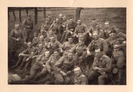Photo Originale Guerre 39-45 - Soldats Allemands Au Repos Dans Un Talus - Fatigue Sur Les Visages - - Oorlog, Militair