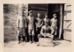 """Photo Originale Guerre 39-45 - Soldats Allemands à La Caserne Avec Pancarte """" Waffenmstr. Pz Abw. Abt2 """" - Guerre, Militaire"""