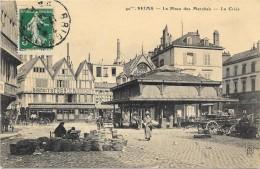 REIMS  (cpa 51)  La Place Des Marchés - La Criée -  Très Belle Animation - - Reims