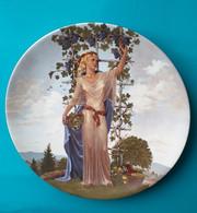 Assiette Décorative, Femme Debout Devant La Vigne, Porcelaine De Limoges - Limoges (FRA)