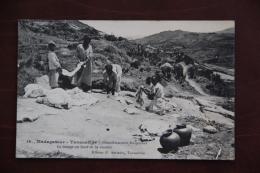 MADAGASCAR - TANANARIVE , Blanchisseuses Malgaches Au Bord De La Rivière. - Madagascar