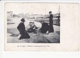 SUR LA DIGUE, Pêcheurs Raccomodant Leur Filet, Ed. Ved 1905 Environ - Basse-Normandie