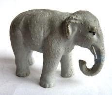 FIGURINE EN COMPOSITION ELEPHANT  Animaux Sauvage De Cirque Trompe Recollée Et Repeinte à L'endroit Du Collage DEVINEAU - Action- Und Spielfiguren