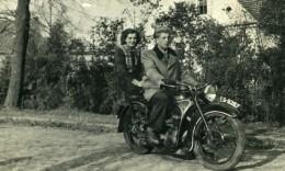 Pologne Ksieginice Couple Sur Une Belle Moto EMW R35 Ancienne Photo Snapshot 1956 - Cars