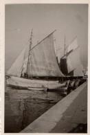 Photo Originale Navire - Voiliers à Quai Toutes Voiles Dehors - Vieux Gréements De Pêche à La Coque En Bois Au Port - Barche