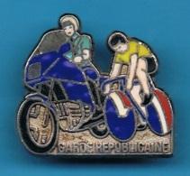 PIN´S //   ** MOTARD DE LA GARDE RÉPUBLICAINE ** ET LE TOUR DE FRANCE ** . (Y.Delsart) - Cycling