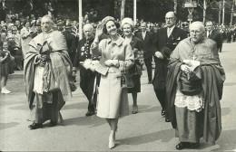 NAMUR - La Reine Fabiola Au Rempart De La Vierge Avec Le Gouverneur, Le Cardinal Suenens Et L'Evêque Charue - Namur