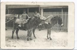 Carte Photo à Localiser - Deux Fillettes Sur Deux ânes Avec Un Cheval En Arrière Fond Haras ? - 1 Trace Punaise En Haut - Anes