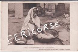 Tunisie   Femme  Indigene Préparant Le Coucous - Tunisia