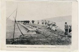 Japon : La Guerre Russo-japonaise : Les Troupes Japonnaises Et Leurs Porteurs Traversent Le Yalou - Giappone