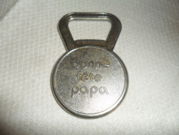 DECAPSULEUR   PUB  BONNE FETE PAPA /UN CLIN D'OEIL DE L'INNO ET DU BON MARCHE 13 JUIN 1982 - Tire-Bouchons/Décapsuleurs