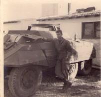 00 - PHOTO NOIR/BLANC - MILITAIRE ACCOUDE SUR UN BLINDE - ANNEES 60 - Guerre, Militaire