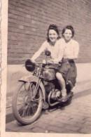 00 - PHOTO NOIR/BLANC - JEUNES FILLES ASSISE SUR UNE MOTO Des Années 40/50 ? - 6x8,5 - Photos