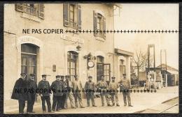 TOP GIRONDE 33 - CARTE PHOTO SAINT ANDRE DE CUBZAC -  LA GARE ET LES EMPLOYÉS - CHEMINOTS CHEF DE GARE ET CONTROLEURS - Otros Municipios